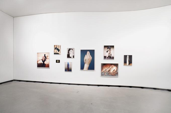 Installationsansicht der Arbeit 'Temptation or Dr. de Clérambault' von Lotte Reimann während der Ausstellung 'Die innere Haut — Kunst und Scham' im Marta Herford, 2017
